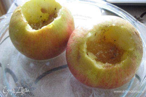Для начала нужно запечь яблоки! Если у вас есть свой любимый рецепт сделайте как Вы любите. Я запекаю яблоки так: вырезаю сердцевину, но не насквозь, оставляю донышко. Затем в получившееся отверстие кладу ч. л меда и посыпаю корицей. Ставлю яблоки в форму, в которую наливаю 1/3 воды и ставлю в духовку градусов на 180-200. Обычно на запекание яблок у меня уходит от 20 до 40 минут, зависит от сорта.