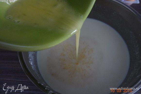 Яйца взбить с солью, сильно не стараться и ввести в молочно-картофельную смесь, добавить разрыхлитель и все хорошо взбить, я опять вооружилась миксером! Вообще мелкие комочки картофеля вполне допустимы, как потом оказалось, на вкус готового блюда это не влияет, поэтому можно себя не изводить взбиванием.
