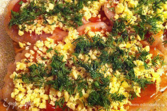 Поверх имбиря посыпаем грудинки сыром и зеленью.