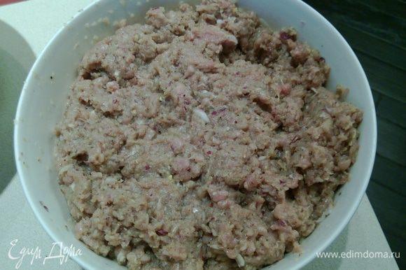 Делаем начинку: Сегодня я готовила беляши только из телятины. Чистим лук и шинкуем его в комбайне, либо очень мелко режем. Нарезаем мясо кубиками. Рубим его в комбайне, немного не доводя до консистенции фарша – в мясе должны оставаться мелкие кусочки. Когда все готово, добавляем специи, стакан молока и тщательно перемешиваем, пока не получится примерно вот так.