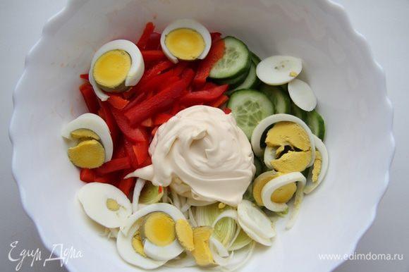 Сложить все в миску, добавить майонез, соль и перемешать.