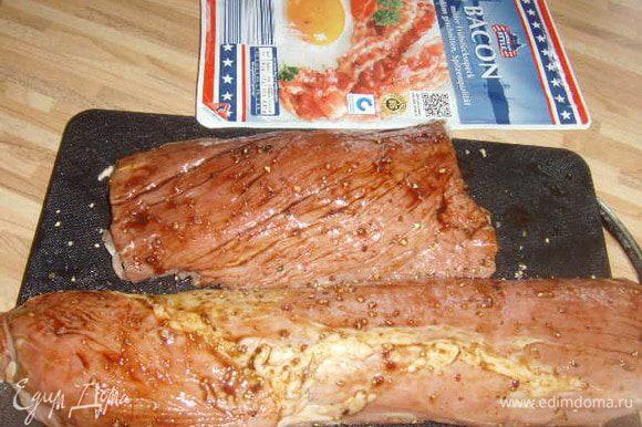 помытое, очищеное от жилок свиное филе посолить, поперчить, смазать бальзамико- соуосм, обвернуть внахлёст беконом