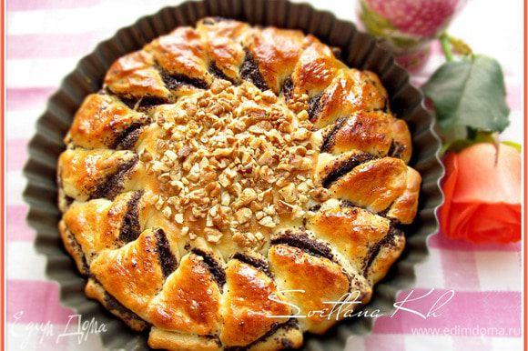 Готовый пирог, смазать любым прозрачным конфитюром или медом для блеска и запаха. Накрыть. Дать постоять 10 минут и можно приступать к чаепитию......