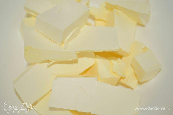 сливочное масло нарезать на кубики