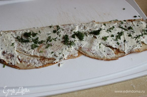 смазываем сливочным сыром , любым..у меня Brunsch , можно Альметте..посыпаем зеленью