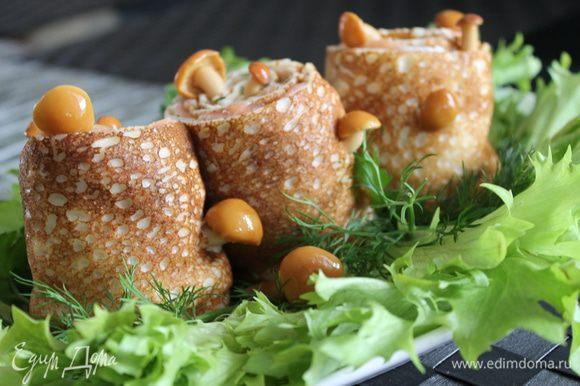 из этого количества рыбы у меня получилось 3 пенёчка..Выкладываем их на блюдо с листьями салата..и украшаем опятами мариноваными. Приятного!
