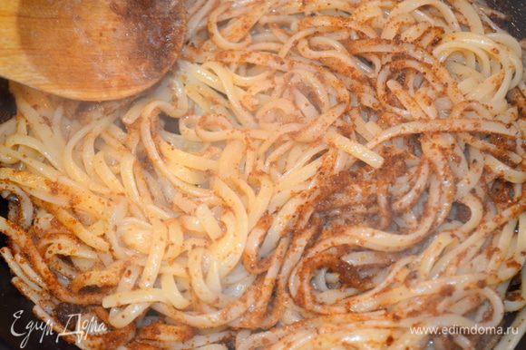 выложить в сковорду отваренную пасту и все быстро перемешать, чтобы паста впитала в себя все! Посыпать ванильным сахаром и корицей