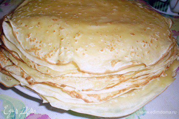Для пирога мне потребовалось 25 тоненьких блинчиков диаметром 18 см. Вы можете их испечь по рецепту http://www.edimdoma.ru/retsepty/49667-babushkiny-blinchiki или же по своему любимому и проверенному. Для блинчиков нам потребуется тесто из того количества ингредиентов, которые указаны в рецепте. Маслом их смазывать необязательно. Точное количество блинчиков будет зависеть от размера вашей прямоугольной формы для запекания.