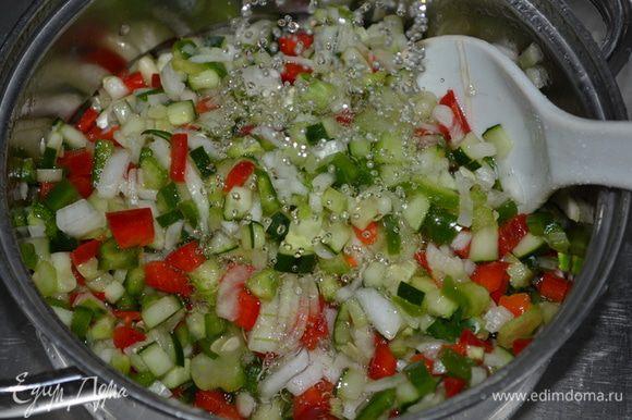 Слить жидкость и овощи промыть под холодной водой.