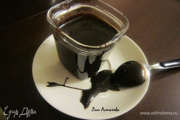 4. ЩОКОЛАДНО- ОРЕХОВЫЙ СОУС Обжариваю на сухой сковороде орехи без масла. Даю остыть и измельчаю. Разламываю шоколад на кусочки. Ставлю на водяную баню топиться шоколад, добавляю масло, перемешиваю, как шоколад полностью растопится добавляю горячую воду, коньяк, ванилин измельченные орехи и хорошо вмешиваю ее в шоколадную массу. Если соус густоват, то добавляю еще по чуть-чуть горячей воды. Соус необходимо постоянно помешивать. Как только все составляющие полностью смешались – соус готов. Подаю соус теплым. Как остынет - его можно ложками кушать как вкусный десерт )))