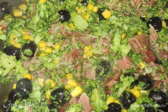 Измельчить чеснок и обжарить в оливковом масле на слабом огне несколько минут. Добавить окорок, маслины, кукурузу, брокколи, посолить, поперчить и прогреть на сильном огне несколько минут, непрерывно помешивая.