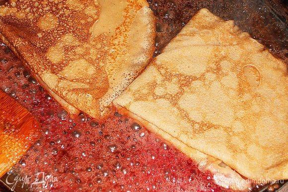На скороду положить масло и сахар, затем влить вишневый сок и коньяк, погрузить блинчики, коньяк можно поджечь. Перевернуть блинчики на другую сторону и добавить вишни (фрукты и ягоды можно использовать любые), обжарить немного и выкласть на тарелочку, сверху можно полить оставшимся сиропом.
