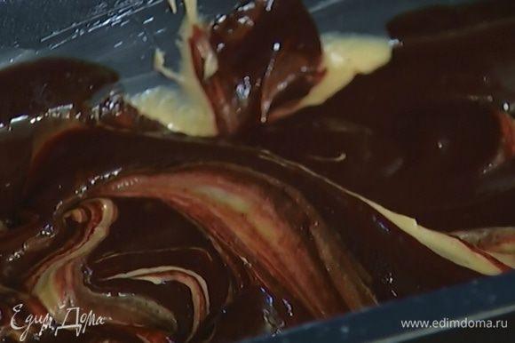 Выложить сверху оставшееся тесто, полить оставшимся шоколадом и снова сделать разводы для создания узора.