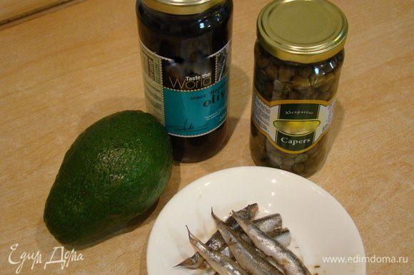 Вот все, что нам нужно для прекрасной закуски! Половинка спелого авокадо, баночка маслин, немного каперсов, маринованные анчоусы и блендер