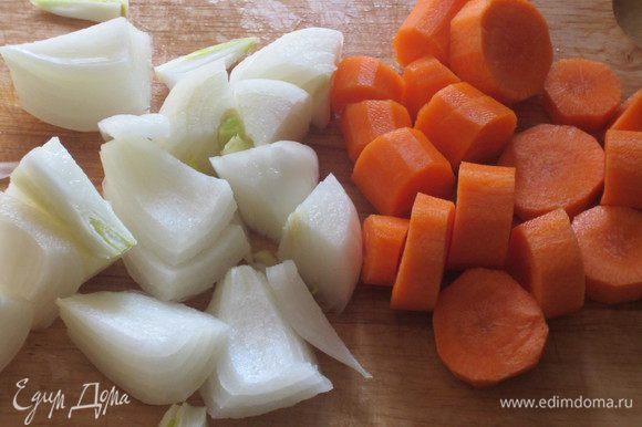Лук и морковь крупно нарезать.