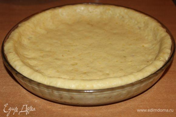 Выложить тесто в смазанную маслом форму и сформировать бортики.