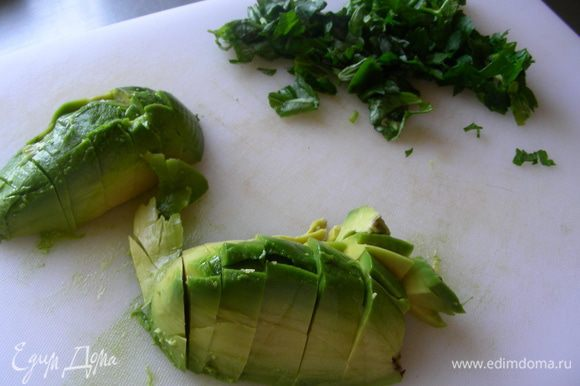 Авокадо режем кубиками и взбрызгиваем лимонным соком.
