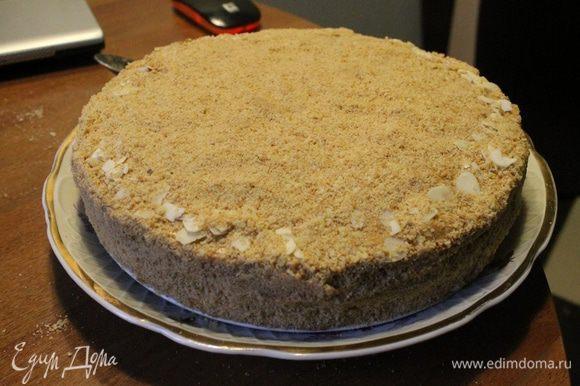Предварительно раскрошить обрезки и обсыпаем торт. Украшаем по желанию.