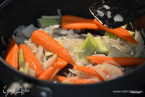 На этом же жире обжарим порубленный лук,порезанную морковь, порезанный сельдерей несколько минут. Сложим все поверх ребрышек ,зальем вином и говяжьим бульоном. Посыпаем прованскими травами.
