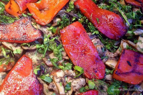 Овощи, политые соусом, посыпаем мелко нарезанной зеленью, грибами, перчим и выкладываем на них болгарский перец.