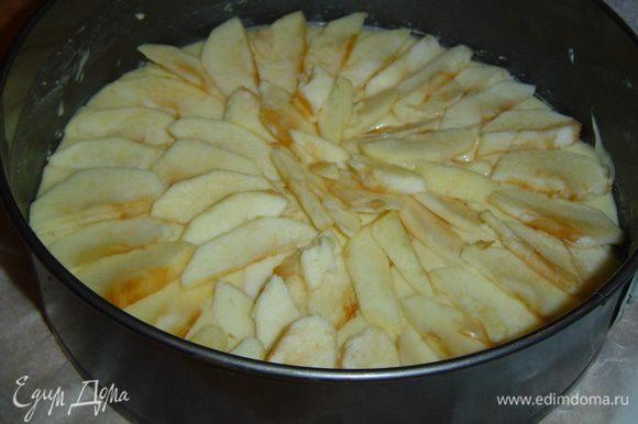 На тесто выкладываем яблоки и слегка посыпаем сахаром,а сверху выкладываем оставшееся тесто и разравниваем его.