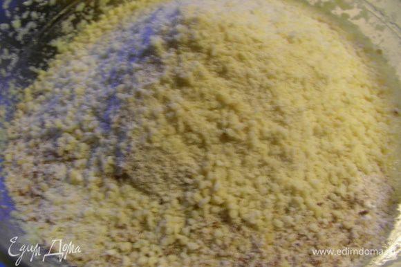 Муку смешиваем с разрыхлителем и вводим ее в масляную смесь. Одновременно добавляем оба вида орехов. Перемешиваем.