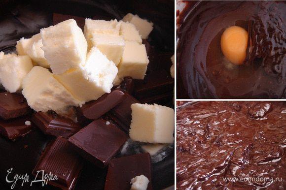 В загустевшую шоколадную смесь добавить нарезанное масло, кусочки шоколада и перемешивать до полного их растворения. Затем по одному вмешать яйца,добавить растительное масло и сахарную пудру. Муку соединить с разрыхлителем, ввести в шоколадную смесь и размешать до однородной массы.