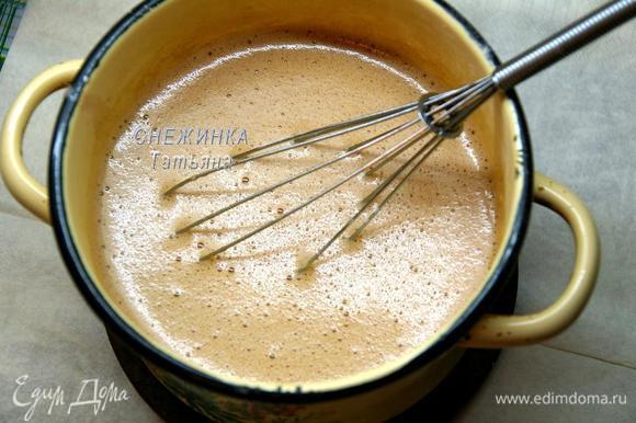Заливаем горячим какао яичную массу, постоянно помешивая её венчиком.