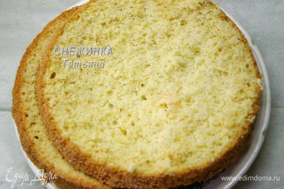 Ванильный бисквит также разрезаем на 2 коржа, высотой 2 см. В нём я срезала немного верх и низ.