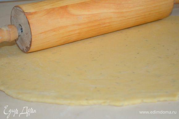 достать тесто, раскатать в тонкий пласт и перенести в форму для выпечки (у меня 28 см) при помощи скалки.