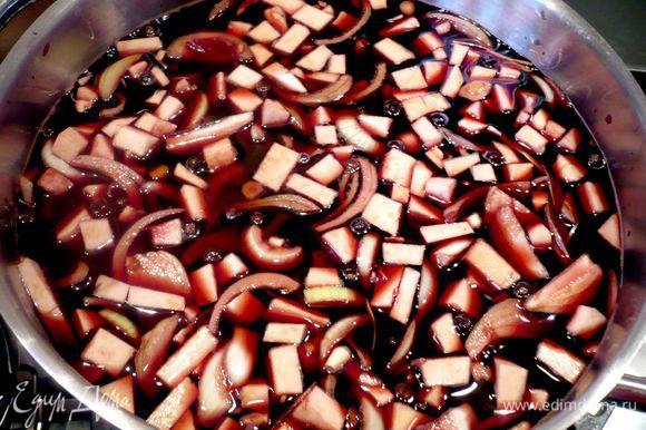 В кастрюле (я использовала большую кастрюлю объемом около 8 литров) смешиваем уксус и вино, добавляем овощи и подготовленные пряности. Укладываем мясо и прощаемся с ним не менее, чем на трое суток.