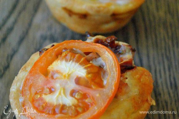 Пиццочки выскакивают из формы отлично. Подавать горячими, но хороши и в теплом, и в холодном виде.