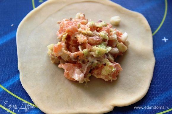 Тесто разделить на небольшие порции (величиной примерно с грецкий орех)...положить их обратно в пакет, чтобы не подсохли. Каждую порцию теста раскатать скалкой...в центр положить начинку (1,5 ст.л.)