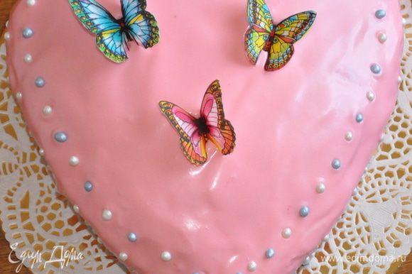 Сверху торт обмазать розовым кремом, украсить по желанию. Я использовала вафельные бабочки и сахарные бусинки.