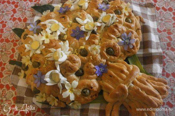 Пока остывает наш хлеб, можно чистить и нарезать в форме маргариток перепелиные яйца. Помыть и высушить цветы примул. Разложить яйца в заготовки от шариков из фольги. Разместить цветы примул. Фиолетовые, что на фото тоже съедобные и тоже из моего сада. Идём на пикник!