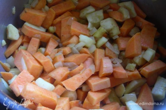 К луку добавляем овощи, имбирь и корицу. Все перемешиваем и готовим на небольшом огне минут 5.