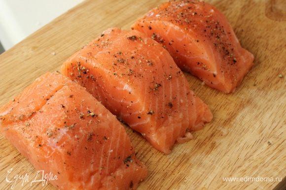Натереть куски рыбы смесью приправ.