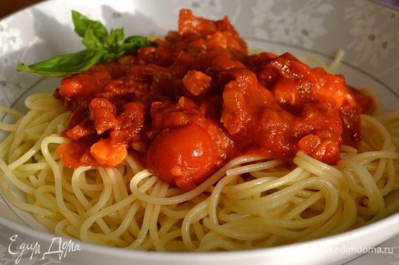 """И затем добавить их к соусу вместе с базиликом... Или выложить на блюдо пасту, а сверху на нее выложить добрую порцию соуса """"4 помидора""""!!!"""