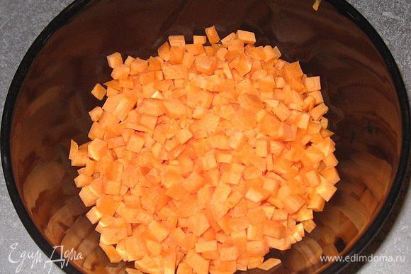 Морковь нарезать мелкими кубиками.