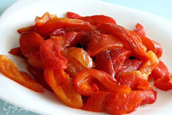С перцев снять кожицу, удалить семечки, порезать на кусочки. Сбрызнуть оливковым маслом, посолить, поперчить по вкусу, перемешать.