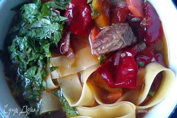 Выложить лапшу в тарелку и залить супом. Сверху посыпать мелко нарезанной кинзой.