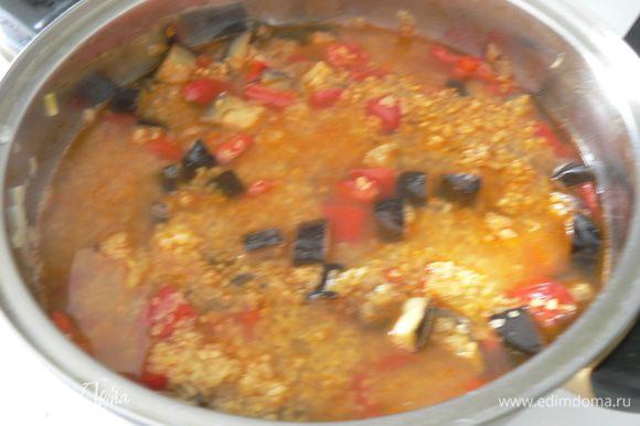 Перемешиваем, добавляем чеснок и специи, жарим. Кладем томатную пасту и жарим, помешивая, 1 минуту. Вливаем бульон или воду, солим по вкусу.