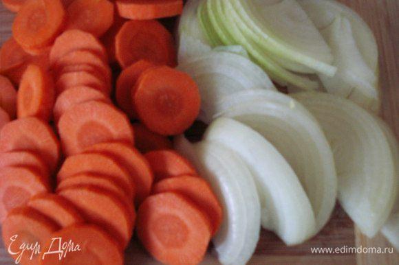 Морковь нарезать не очень тонко кружками, лук нарезать полукольцами. Чернослив промыть.