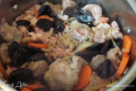 Кладем мясо и бекон к овощам, слегка обжариваем. Добавляем чернослив, убавляем огонь до минимального и тушим до готовности ( тушила 1,5 часа ). На мой вкус соли от бекона вполне достаточно и я не досаливала. BON APPETIT!