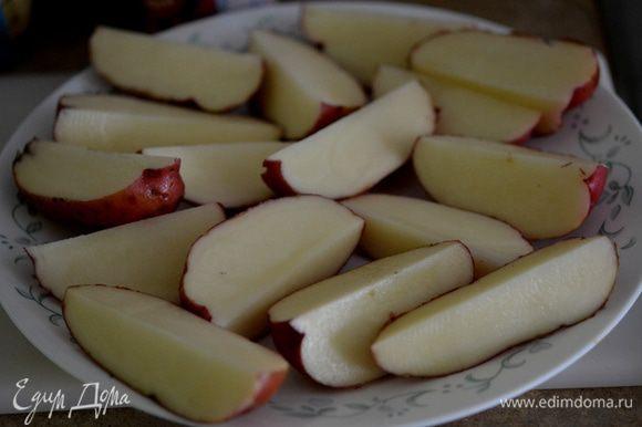 Разрезать картофель на дольки.