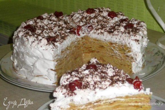 Сборка: Корж, 3 ст.л. крема, корж, 3 ст.л. крема, корж, крем и так пока не закончатся коржи. Затем наполняем кондитерский шприц взбитыми сливками и выкладываем их на вверх торта и бока.