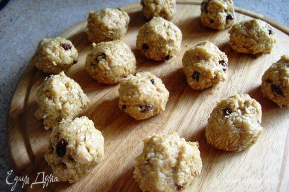 Из теста сформировать шарики величиной с грецкий орех. Если тесто прилипает к рукам, пальцы иногда смачивать водой.