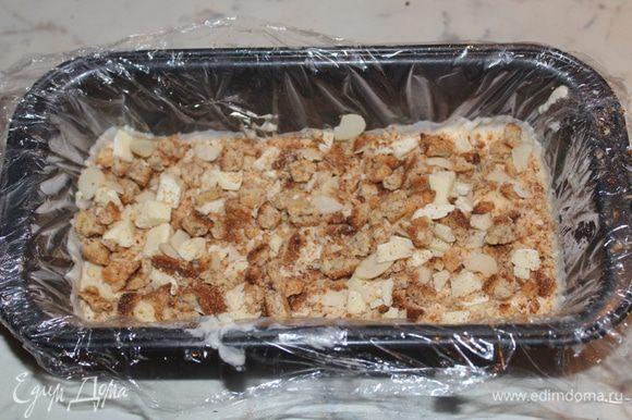 На застывший крем насыпать половину смеси печенья и залить снова 1/3 крема. Заморозить и повторить то же самое с остатками крема и печенья.
