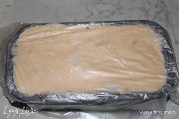 Затянуть форму пленкой и оставить в морозильной камере на время от 6 до 24 часов.