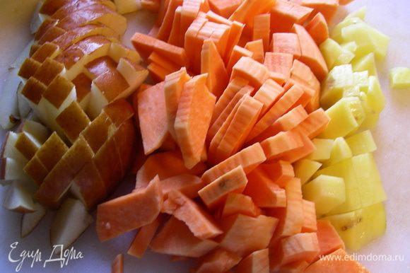 Батат, картофель и грушу - тоже кубиками.